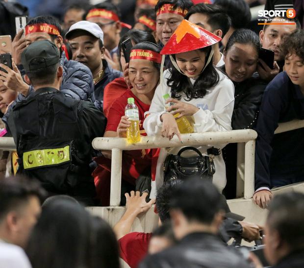 Bạn gái Văn Toàn kể chuyện là 'con rơi', ở Hà Nội bao năm bố mẹ không lên thăm nhưng lại ra tận sân xem bóng đá - ảnh 4