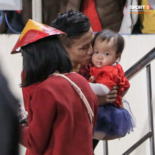 Bạn gái Văn Toàn kể chuyện là 'con rơi', ở Hà Nội bao năm bố mẹ không lên thăm nhưng lại ra tận sân xem bóng đá - ảnh 5