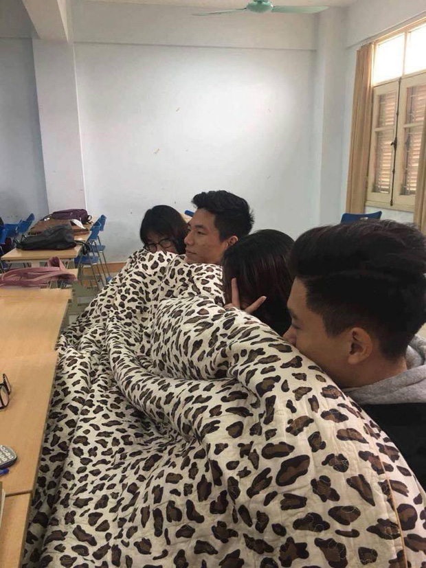 Thời tiết mới trở lạnh, học trò thi nhau quấn chăn đi học, đúng kiểu mùa đông là quá lạnh để xa... chăn - Ảnh 4.