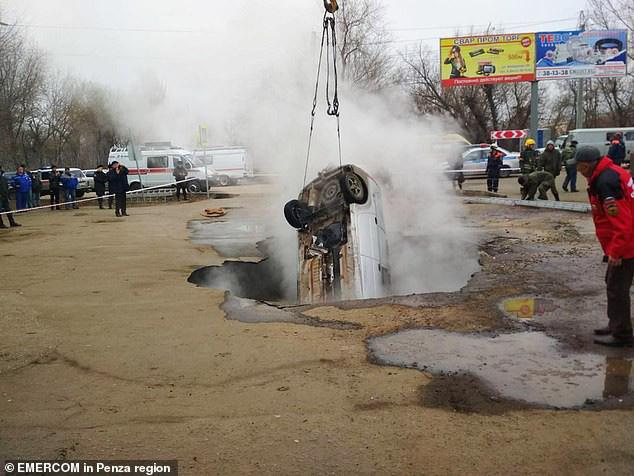 Báo giới địa phương cho biết một chiếc xe khác đã đậu ở địa điểm trên vài phút trước khi xảy ra tai nạn. Nhưng khi phát hiện mặt đất bắt đầu bốc khói, tài xế đã vội vàng lái xe đi. Ngay sau đó, chiếc xe Lada cùng 2 người đàn ông xấu số xuất hiện.