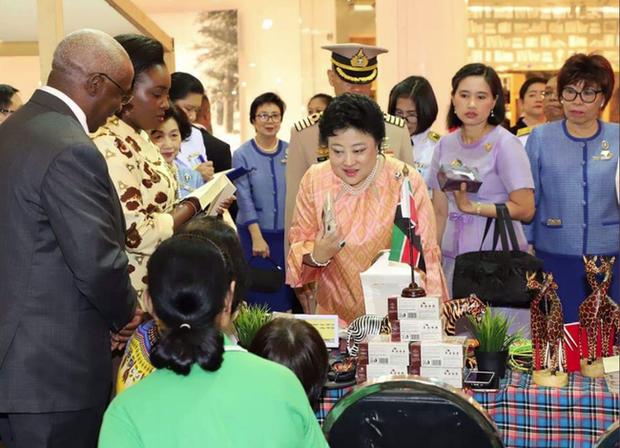 Vợ đầu của Quốc vương Thái Lan: Bị ly hôn trong phũ phàng nhưng là người có cái kết viên mãn nhất, nhìn cuộc sống hiện tại ai cũng phải ngưỡng mộ - Ảnh 4.