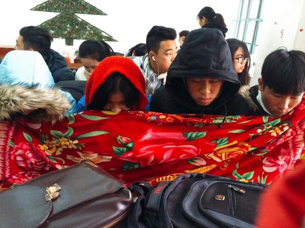 Thời tiết mới trở lạnh, học trò thi nhau quấn chăn đi học, đúng kiểu mùa đông là quá lạnh để xa... chăn - Ảnh 5.