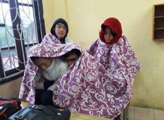 Thời tiết mới trở lạnh, học trò thi nhau quấn chăn đi học, đúng kiểu mùa đông là quá lạnh để xa... chăn - Ảnh 7.