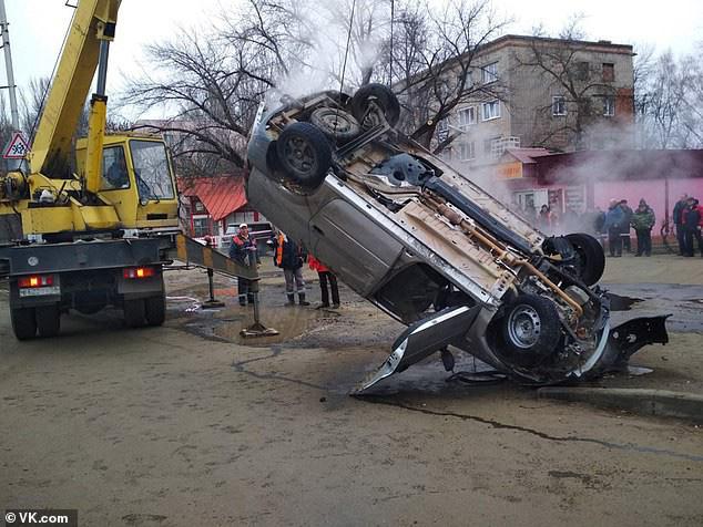 Xe hơi bị 'hố tử thần' nóng 75 độ C nuốt chửng, hai người chết thảm - Ảnh 9.