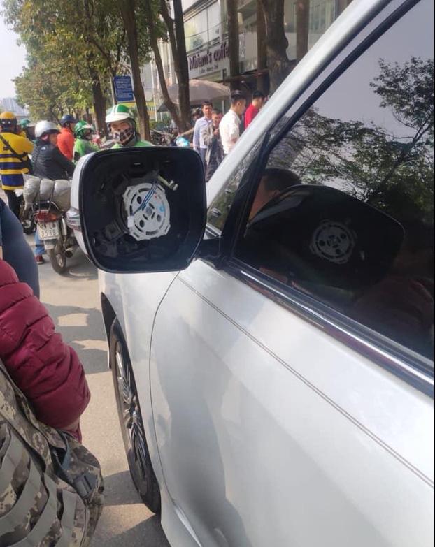 Vặt gương ô tô Lexus, thanh niên không ngờ tài xế vẫn ngồi trong xe và cái kết bẽ bàng giữa phố - Ảnh 2.