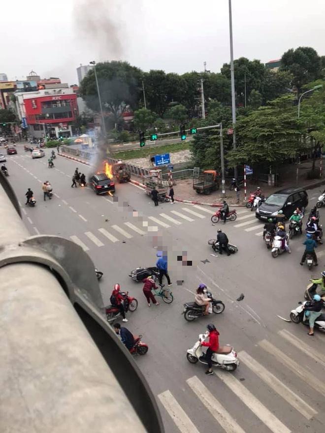 Hiện trường vụ xe sang Mercedes GLC 250 đâm xe máy khiến 1 người nguy kịch rồi bốc cháy dữ dội - Ảnh 5.