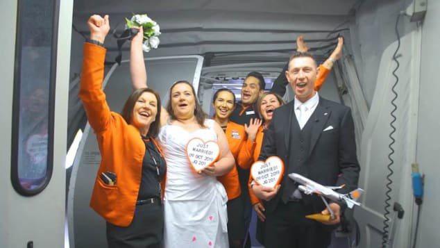 Cặp đôi tổ chức lễ cưới khi máy bay đạt 11.000 mét, hành khách reo hò chúc mừng - Ảnh 3.