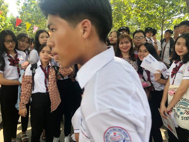 Cả năm mới có một dịp chụp hình cùng thầy cô nhưng khi xem lại thành quả thì khóc ra tiếng Mán - Ảnh 4.