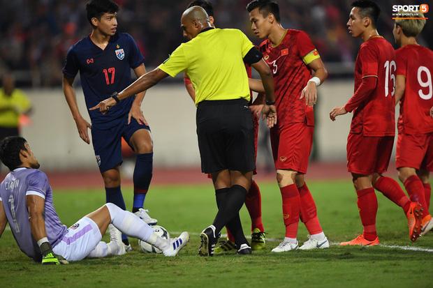 Trọng tài trận Việt Nam - Thái Lan đã chuyển trang cá nhân về chế độ ban đầu nhưng có một động thái rõ ràng để ngăn việc bị fan tổng tấn công - Ảnh 4.