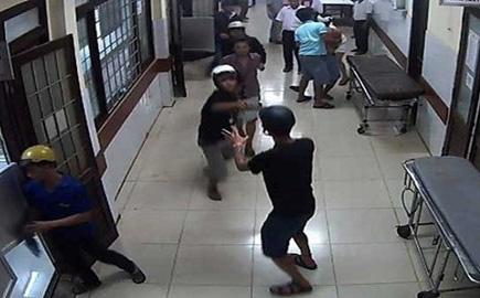 """Truy xét nhóm """"giang hồ"""" xông vào bệnh viện Nhân dân Gia Định truy sát bệnh nhân"""