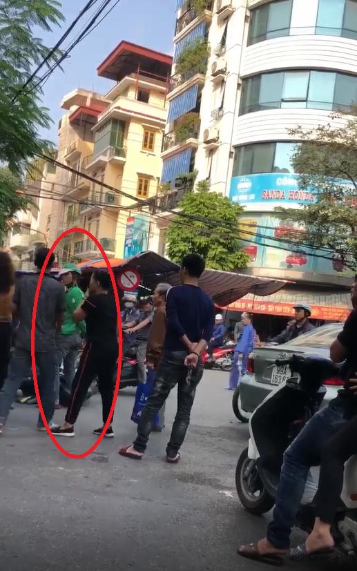 Người đàn ông bị thanh niên mặc áo Grab đâm trúng lưng khi can ẩu đả sau va chạm giao thông - ảnh 1