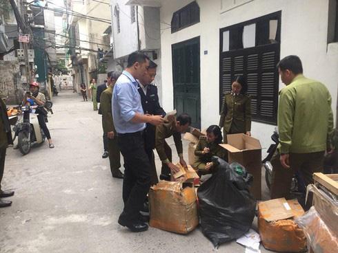 Đột kích cơ sở kinh doanh cắt mác Trung Quốc thành hàng hiệu Dior, Chanel... ở Hà Nội - Ảnh 1.