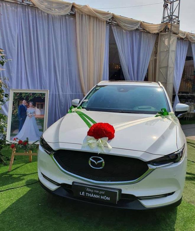 Dân mạng xôn xao bức ảnh bố mang ô tô Mazda trắng đến tận lễ cưới để tặng cho con gái - Ảnh 1.