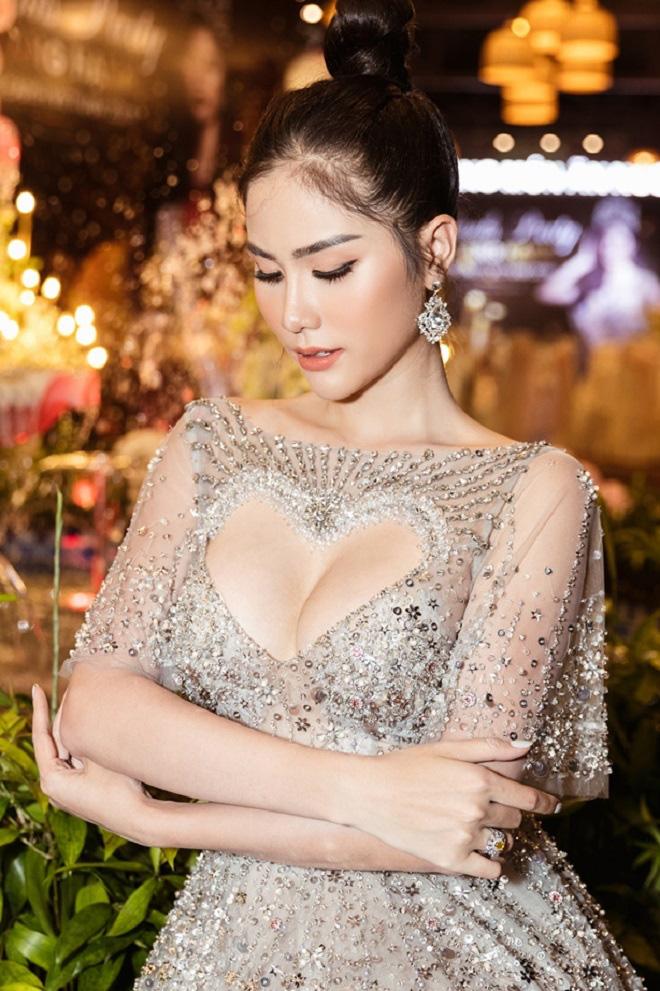 Hoàng Hạnh diện váy 'khoét hình trái tim', khoe khéo vòng một khủng tại sự kiện - Ảnh 4.