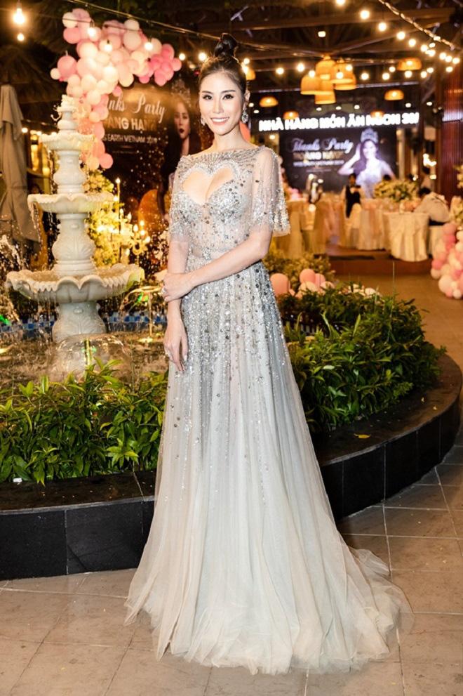 Hoàng Hạnh diện váy 'khoét hình trái tim', khoe khéo vòng một khủng tại sự kiện - Ảnh 1.