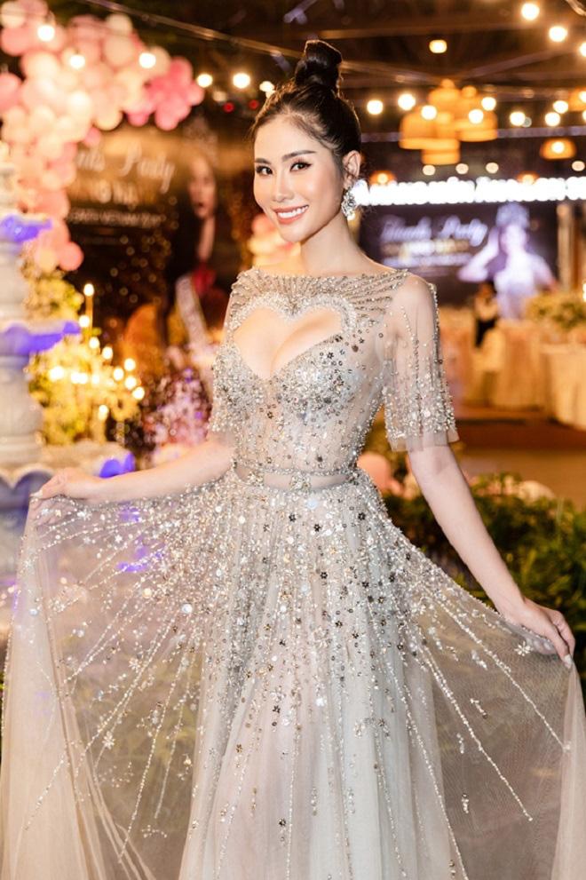 Hoàng Hạnh diện váy 'khoét hình trái tim', khoe khéo vòng một khủng tại sự kiện - Ảnh 2.