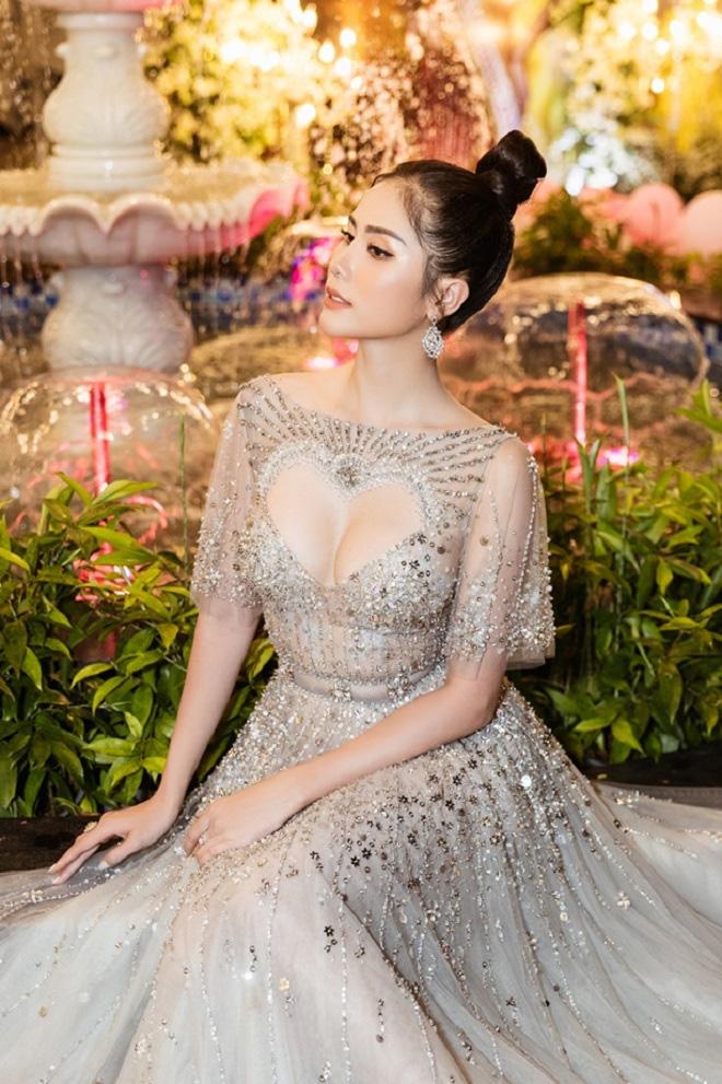 Hoàng Hạnh diện váy 'khoét hình trái tim', khoe khéo vòng một khủng tại sự kiện - Ảnh 5.