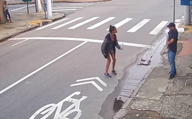 Hỏi xin tiền mua bánh mì, người phụ nữ vô gia cư bị bắn chết thương tâm - Ảnh 2.