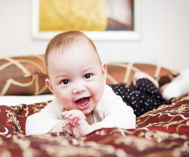 Người đẹp Nga khoe ảnh mới của con trai 6 tháng tuổi khiến cư dân mạng thích thú kèm theo dòng nhắn gửi ám chỉ cựu vương Malaysia - Ảnh 2.