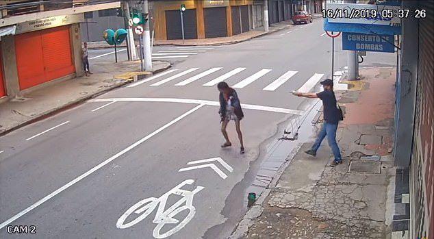 Hỏi xin tiền mua bánh mì, người phụ nữ vô gia cư bị bắn chết thương tâm - Ảnh 4.