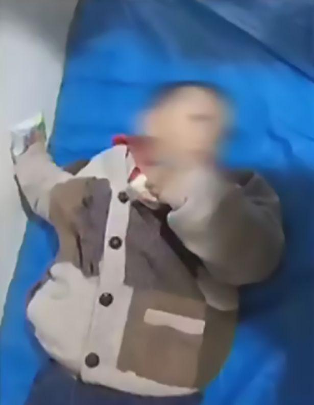 Bé trai 3 tuổi bị cha đẻ bọc trong túi xách kín rồi bỏ rơi trên lề đường, nguyên nhân của hành động này khiến ai cũng phẫn nộ - Ảnh 2.