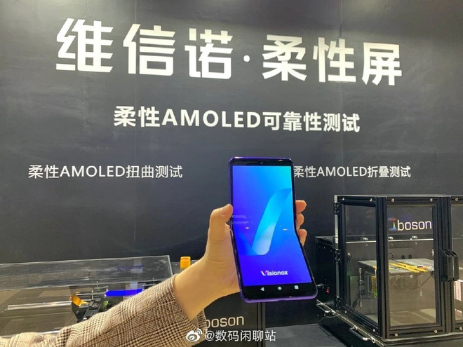 Nhà sản xuất màn hình OLED của Trung Quốc ra mắt smartphone màn hình gập thách thức Samsung - Ảnh 1.