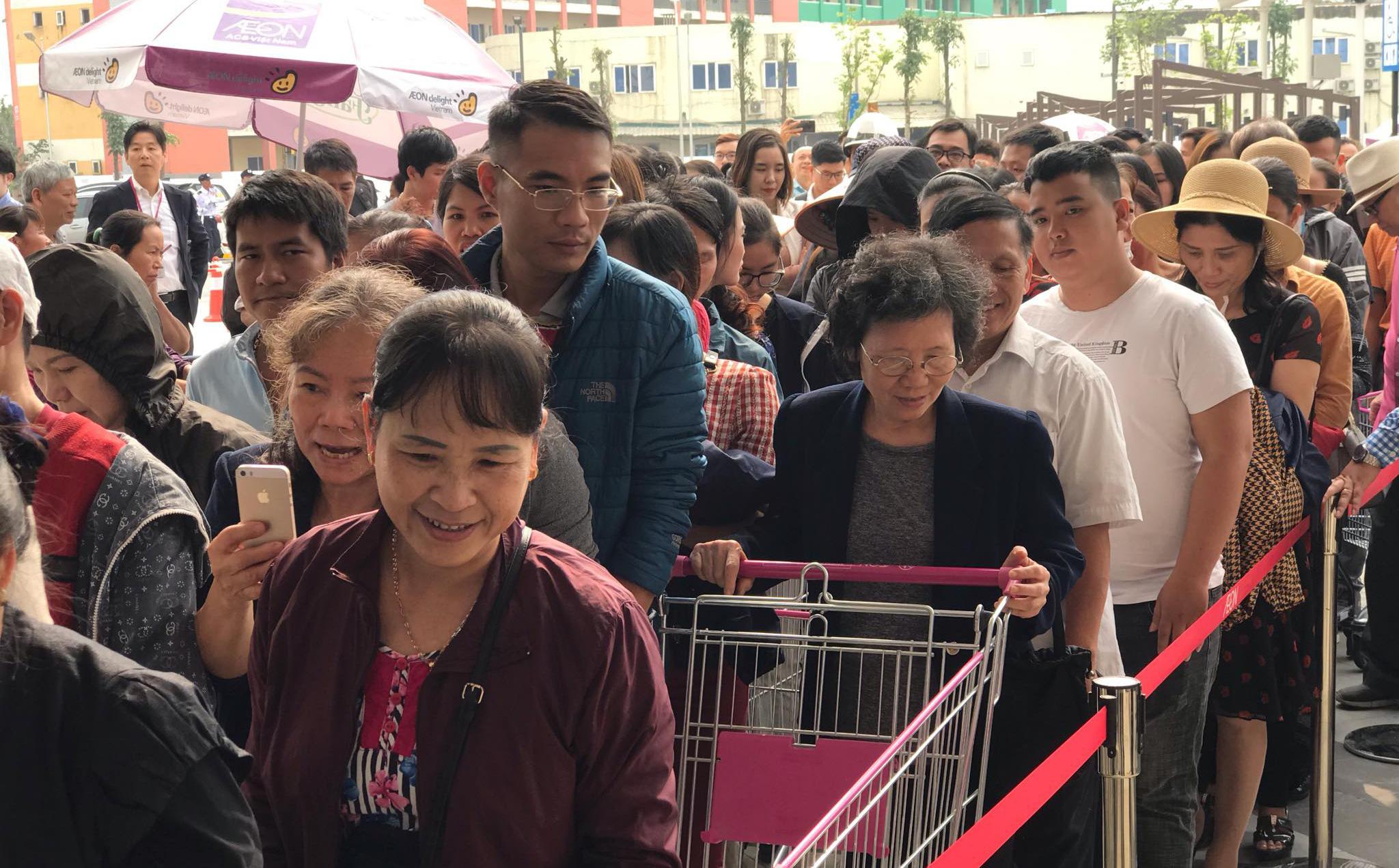 Người dân Hà Nội đổ xô về Aeon Mall Hà Đông trong ngày đầu khai trương