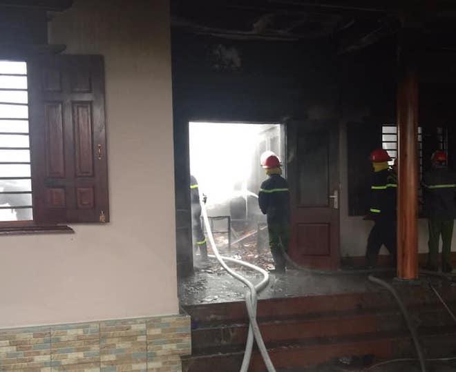 Bất cẩn khi thắp hương ngày mồng 1 khiến lửa lan cháy ngùn ngụt ở căn nhà gỗ - Ảnh 2.