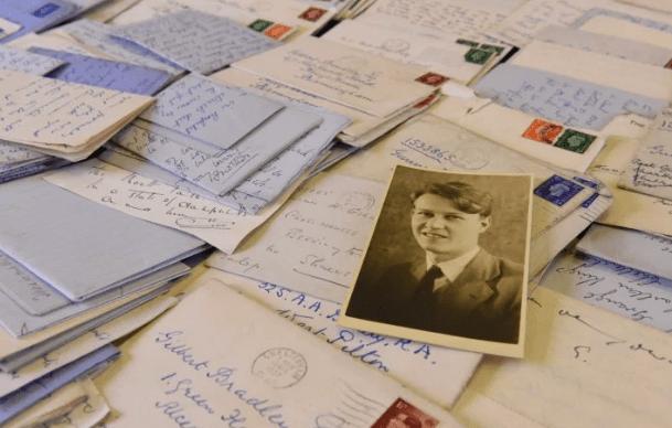 Hơn 600 bức thư tình trong 6 năm và tình yêu trong bóng tối của 2 người đàn ông giữa bom đạn chết chóc nhưng không có kết cục đẹp - Ảnh 1.