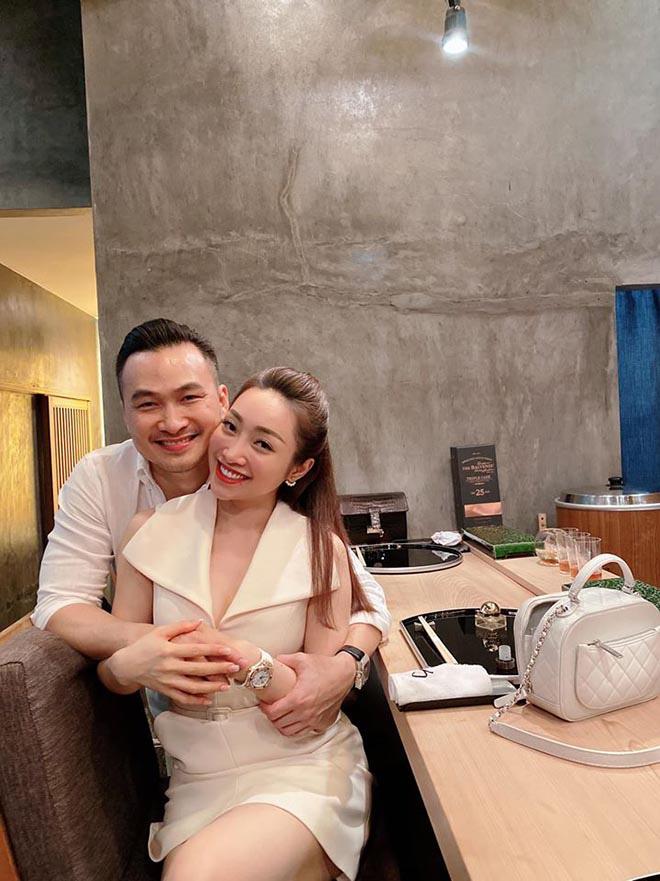 Chi Bảo công khai ôm hôn, gọi bạn thân 10 năm của Ngọc Trinh là vợ - Ảnh 8.
