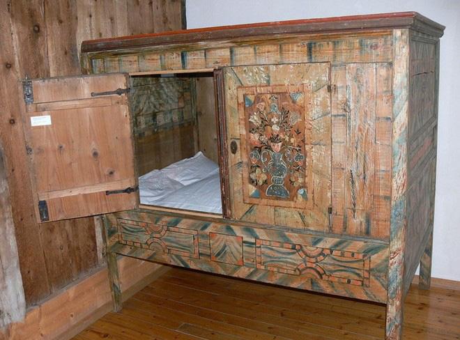 Tại sao nhiều người Châu Âu thời Trung cổ lại ngủ trong những chiếc giường hộp? - Ảnh 1.