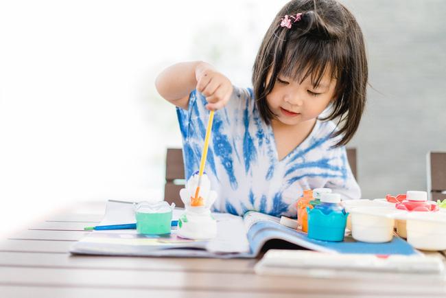 Để con gái tự làm bài tập về nhà, mẹ quay lại kiểm tra thì dở khóc dở cười: Gà con hay đậu phộng? - Ảnh 1.
