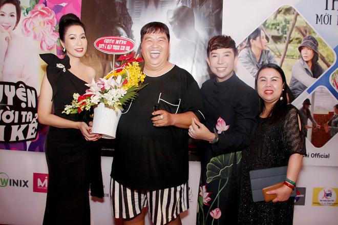 Dù bận rộn nhưng Hoàng Mập vẫn chạy đến chúc mừng Trịnh Kim Chi trong ngày ra mắt kênh youtbe.