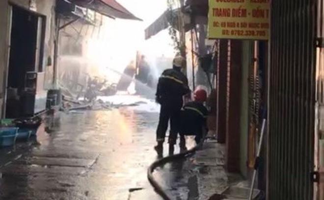 Hà Nội: Nổ bình gas gây ra cháy lớn trên phố Bùi Ngọc Dương - Ảnh 8.