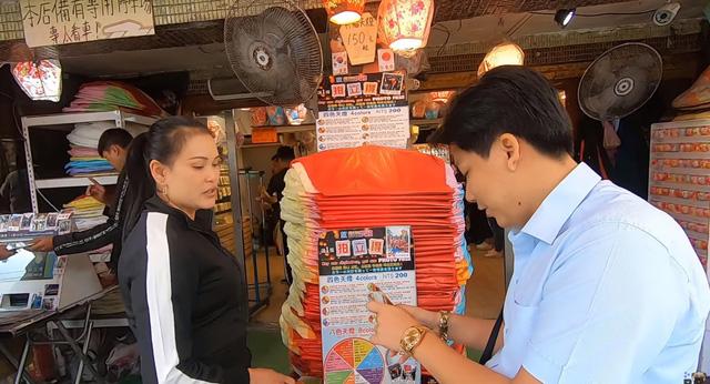 Cố tình chui vào một góc tối thui ở chợ Đài Loan để ăn, Khoa Pug vẫn xanh mặt vì đụng độ anti-fan: Ngồi đây run quá, sợ bị đánh! - Ảnh 1.