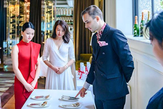 Giấc mơ trở thành quý tộc châu Âu của giới nhà giàu Trung Quốc: Mạnh tay chi cả trăm nghìn USD học ứng xử, ra nước ngoài giao lưu như cơm bữa  - Ảnh 3.