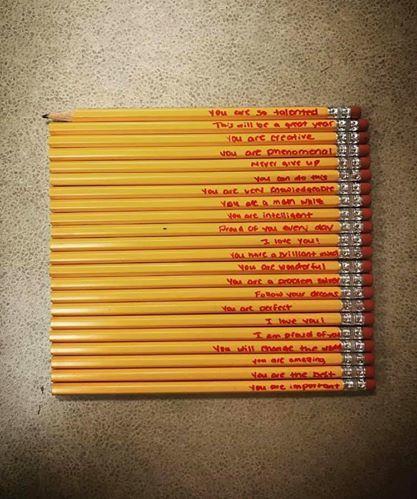 Những dòng chữ đặc biệt người mẹ viết trên 21 cây bút chì của con - Ảnh 1.
