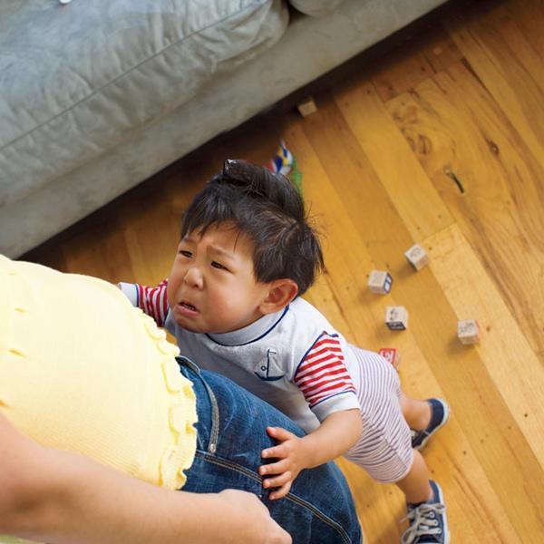 Con ngã va đầu vào bàn rồi nằm lăn ra khóc, bố chỉ nói 1 câu đơn giản mà cậu bé đỏ bừng mặt, thôi không khóc lóc ăn vạ ngay lập tức - Ảnh 1.