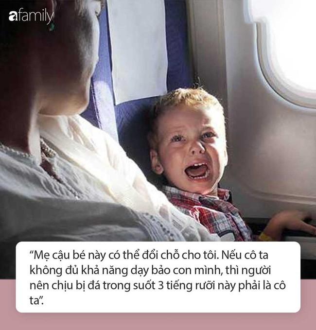 Con trai liên tục đá vào hàng ghế phía trước nhưng mẹ lờ đi không nhắc, người phụ nữ nói một câu khiến bà thay đổi ngay lập tức - Ảnh 3.