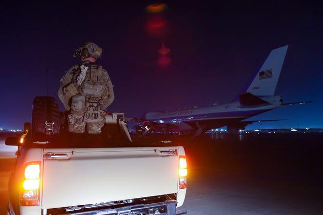 Tiết lộ hậu trường chuyến đi bí mật đến Afghanistan của TT Trump: Kế hoạch đánh lừa dư luận hoàn hảo - Ảnh 2.