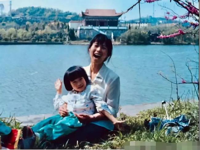 Từ câu động viên kịp thời này của mẹ, con gái từng bị cô giáo mắng là Con heo đã đậu Harvard và có sự nghiệp rạng rỡ - Ảnh 1.