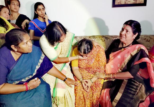Vụ hãm hiếp chấn động Ấn Độ: Thủng săm xe trên đường đi làm, cô gái bị nhóm đàn ông vờ giúp đỡ rồi thay nhau cưỡng bức, thiêu cháy đến chết - Ảnh 3.