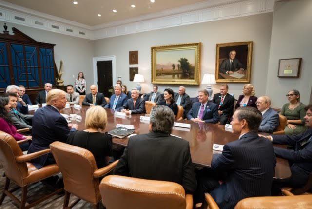 Hàng chục cố vấn tâm linh tề tựu về Nhà Trắng cầu nguyện cho ông Trump giữa sóng gió luận tội - Ảnh 2.