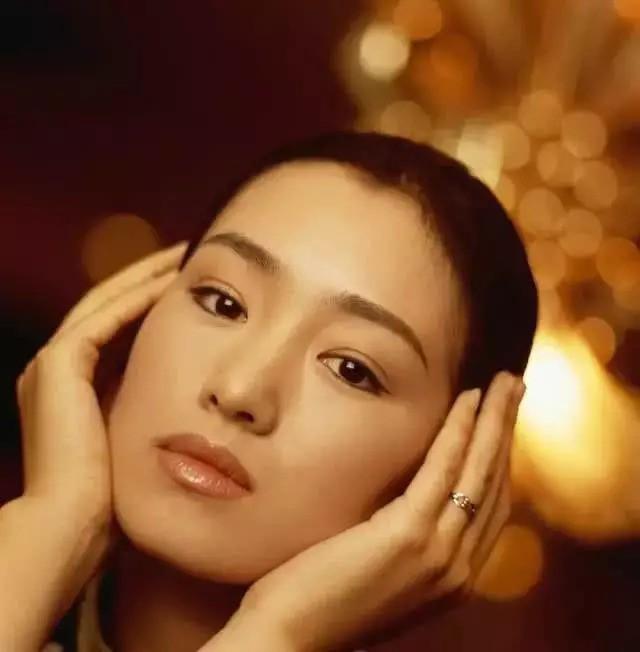 Nhìn lại loạt ảnh tuổi 20 của Củng Lợi, người từng được giới báo chí quốc tế ưu ái gọi là người phụ nữ đẹp nhất phương Đông - Ảnh 2.