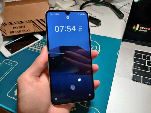 Đây là smartphone do TikTok làm ra, nhìn đi nhìn lại hao hao iPhone 5 thế nhỉ? - Ảnh 1.