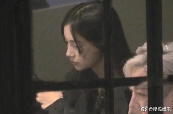 Giữa tin đồn ly hôn Huỳnh Hiểu Minh, Angelababy bị chỉ trích vì hành động sai trái kém văn minh - Ảnh 1.