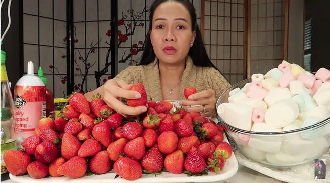 Vinh Nguyễn Thị - Vlogger cực phẩm gây sốt nhất hiện nay ăn 1 quả dâu làm clip cám ơn hơn chục người, choáng hơn khi mang mắm ruốc, tương ớt để chấm dâu - Ảnh 1.