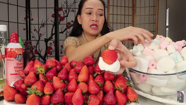 Vinh Nguyễn Thị - Vlogger cực phẩm gây sốt nhất hiện nay ăn 1 quả dâu làm clip cám ơn hơn chục người, choáng hơn khi mang mắm ruốc, tương ớt để chấm dâu - Ảnh 3.