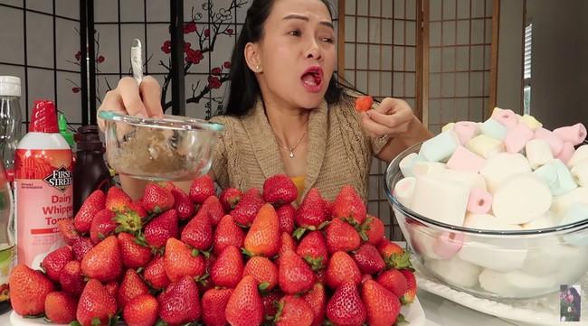 Vinh Nguyễn Thị - Vlogger cực phẩm gây sốt nhất hiện nay ăn 1 quả dâu làm clip cám ơn hơn chục người, choáng hơn khi mang mắm ruốc, tương ớt để chấm dâu - Ảnh 4.