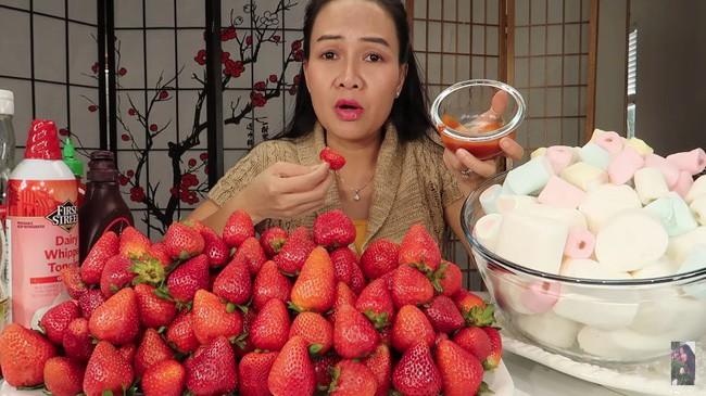 Vinh Nguyễn Thị - Vlogger cực phẩm gây sốt nhất hiện nay ăn 1 quả dâu làm clip cám ơn hơn chục người, choáng hơn khi mang mắm ruốc, tương ớt để chấm dâu - Ảnh 5.